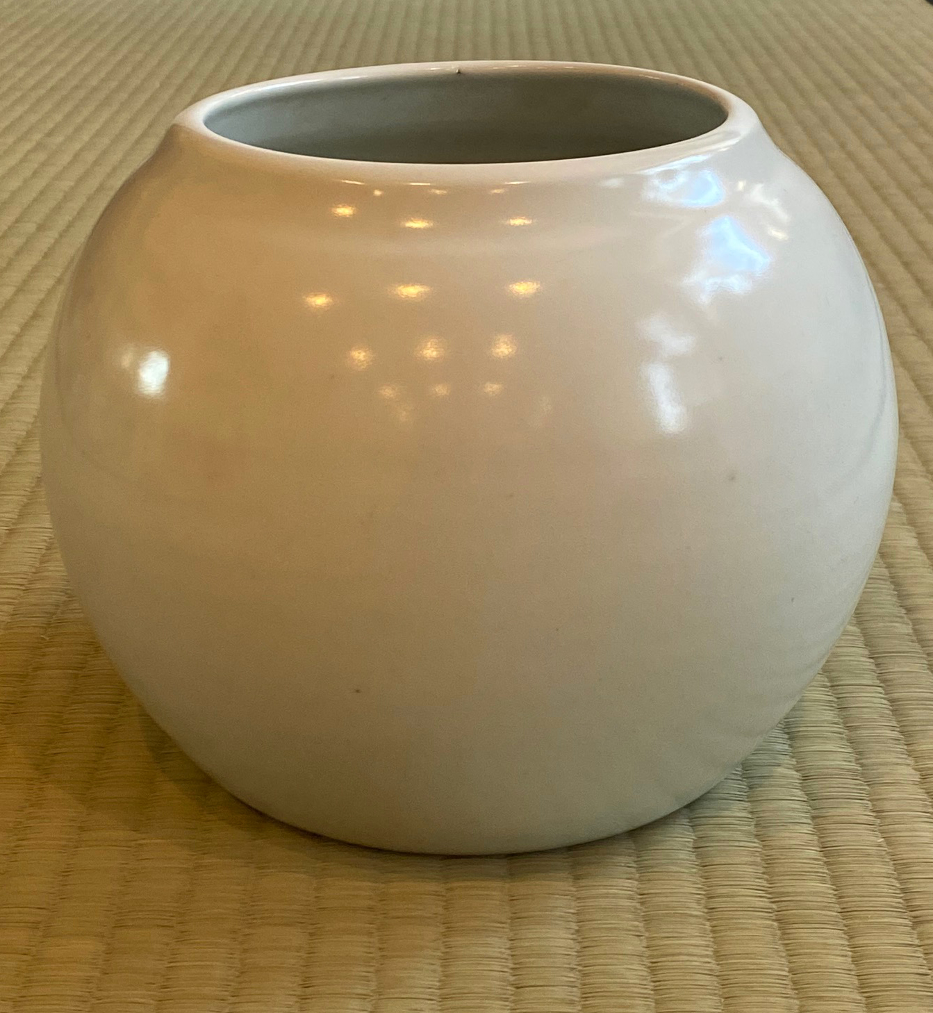 White Porcelain Jar by Tomimoto Kenkichi